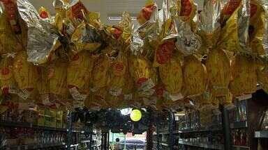 A poucos dias da Semana Santa, cearense começa a preparar ingredientes da ceia - Compra de ovos de páscoa atrai clientes aos supermercados.