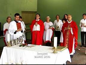 Fiéis celebram Domingo de Ramos em Uberlândia, MG - Eles saíram em procissão e comentaram o significado das celebrações.Data marca fim da Quaresma.
