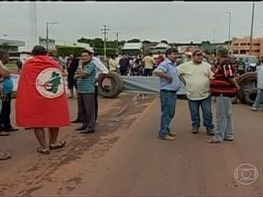 Protesto do MST bloqueia trechos de rodovias no Mato Grosso - Em Mato Grosso, trabalhadores sociais de vários movimentos ligados à reforma agrária bloquearam trechos de várias rodovias. Eles pedem rapidez no assentamento das famílias acampadas no estado.