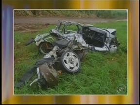 Motorista morre após bater de frente com caminhão em Canitar, SP - Um motorista de 22 anos morreu após bater de frente com um caminhão na Rodovia Raposo Tavares, na tarde desta terça-feira (26), em Canitar (SP). Segundo a polícia, o jovem perdeu o controle da direção do carro, invadiu a pista contrária.