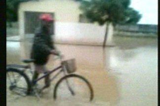 Chuva deixa ruas alagadas na cidade de Sousa - Para amenizar problema, algumas pessoas chegaram a quebrar o asfalto para escoar a água.