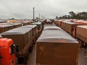 MPF quer explicações sobre congestionamentos nos terminais ferroviários de MT - Ministério Público Federal pede explicações à América Latina Logística sobre os congestionamentos nos terminais ferroviários de Mato Grosso. A empresa lucraria com os caminhões parados.
