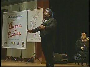 """Projeto 'Ópera na Escola' incentiva crianças ao gosto pela música clássica em Marília, SP - Se o baile funk ganha espaço, como um estilo da periferia, em Marília, há projeto que incentiva que as crianças conheçam também o estilo clássico. Um tenor se apresenta em escolas municipais, para despertar o gosto no """"Ópera na Escola""""."""