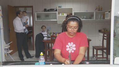 Regulamentação da atividade de empregado doméstico traz mudanças nas regras trabalhistas - A atividade de empregado doméstico foi regulamentada na terça (26) pelo Senado. A novidade torna a função igual a todas as outras de carteira assinada e traz mudanças para trabalhadores e empregadores.