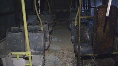 Criminosos ateiam fogo em ônibus em Vicente de Carvalho - Antes do incêndio os passageiros tiveram que circular pela cidade com os vandalos