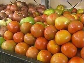 Preço do tomate dispara e assusta os consumidores - O legume que antes era vendido por R$ 2,99, agora é dificil encontrar por menos de seis reais.