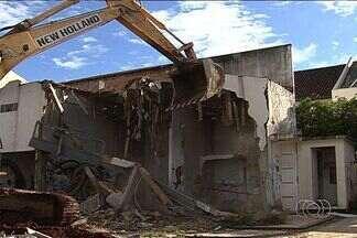 Prefeitura de Goiânia derruba galeria abandonada, em Goiânia - A Prefeitura de Goiânia derrubou um prédio abandonado que servia de esconderijo para bandidos e usuários de droga na capital, nesta quarta-feira (27).