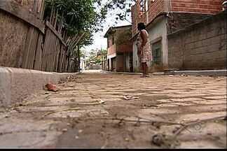 Moradores de bairro de Cariacica, ES, reclamam de obras de calçamento inacabas - Três anos após o início, obras não foram concluídas.