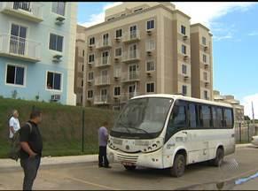 Moradores contratam transporte particular em rua onde não circula ônibus - Quem mora na Rua José Leite, em Lauro de Freitas, também reclama dos buracos e da falta de iluminação.