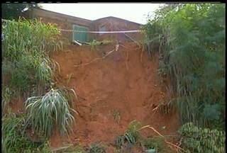 Prefeitura de Cardoso Moreira ainda não removeu famílias da localidade de Outreiro - Casas dessas famílias estão na beira de um barranco que deslizou no último fim de semana. Lugar fica às margens da BR 356.