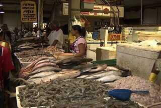 A conservação dos peixes tem sido a principal preocupação da Vigilância Sanitária - A Vigilância Sanitária Municipal esteve hoje dando orientação aos consumidores e aos vendedores sobre o aspecto e acondicionamento do pescado.