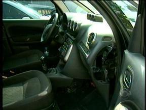 PRF encontra R$ 1 milhão em mercadorias dentro de carro de casal - Objetos foram encontrados no painel do veículo.