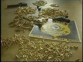 3 mil munições de uso restrito são aprendidas na BR-153 em Ourinhos, SP - De acordo com informações da polícia, são 3 mil munições dos tipo 9 milímetros, 7.62 e ponto 40, que estavam em um carro com placas de São Gonçalo (RJ). Dois homens foram presos e deveriam ser encaminhados para Polícia Federal em Marília.