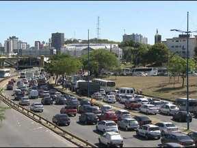 Motoristas bloqueiam pista na região do Iguatemi e provocam congestionamento - A quarta-feira foi caótica no trânsito de Salvador. Pequenos acidentes e protestos pararam o tráfego em vários bairros da capital baiana.
