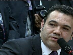 CDH tem mais uma sessão tumultuada - A Comissão de Direitos Humanos da Câmara dos Deputados teve mais uma sessão tumultuada. Dois manifestantes foram detidos. O líder do PSC afirma que Marco Feliciano já decidiu que não vai deixar o cargo.