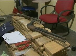 Polícia apreende drogas em galeria de esgoto em Feira de Santana - Além da droga, foram encontradas armas e munição.