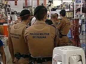 Comerciante é baleado e morre, mesmo sem reagir a um assalto a loja - Em Londrina um homem foi baleado durante o assalto a uma loja. Ele foi levado ao hospital, mas não resistiu.