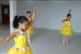 Escola de Teatro Bolshoi realiza seleção de bailarinos, em Goiás - A maior companhia de dança do mundo fará a seleção no município de Mineiros, na região sudoeste. As bailarinas estão treinando firme para conquistar vaga.