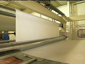 Revestimentos com laminados podem combater a infiltração - No início da fabricação, metros e mais metros de papel são tratados em equipamentos enormes. No final, eles servem de revestimento para móveis por exemplo. A resina utilizada por algumas fábricas pode combater as bactérias.