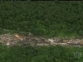 Globocop flagra lixão em área de mata - O lixo está acumulado no fim de uma estrada que começa no início da Rodovia Washington Luís. A área fica perto de um rio, em Duque de Caxias, e há muita vegetação no entorno.