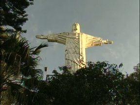 Católicos lotam Morro do Cristo em Francisco Beltrão - Muitas pessoas madrugaram para fazer penitências