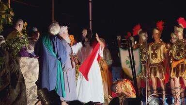 Moradores de Casa Amarela se unem para encenar Paixão de Cristo - A vida dos participantes muda completamente quando estão no palco.