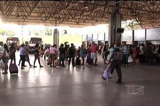 É grande a procura por passagens na Rodoviária de São Luís - Ainda é grande a procura por passagens nas empresas de ônibus que fazem viagens de São Luís para o interior do Estado. Na rodoviária, há muitas filas nos guichês.