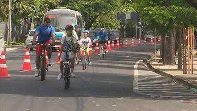 No Recife, famílias aproveitam feriado de bicicleta, na ciclofaixa móvel - Vias permitem que ciclistas circulem no centro e nas zonas Sul e Norte. Percurso funciona entre 7h e 16h, nesta sexta (29) e no domingo (31).
