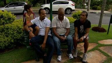 Globo Esporte conta a história de uma família que cresceu no mundo do futebol - Ex-atacante Lela visita os filhos Alecsandro e Richarlyson, jogadores do Atlético-MG em Belo Horizonte, e família relembra histórias
