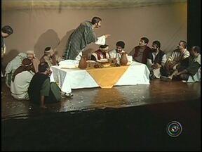Espetáculo mostra significado da Páscoa em Araçatuba, SP - Este é o segundo ano consecutivo em que o espetáculo musical é encenado em Araçatuba (SP). Uma grande festa que envolve mais de 200 pessoas, feita para mostrar que o significado da Páscoa vai muito além dos ovos de chocolate.