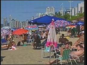 Milhares de turistas aproveitam o feriado nas praias e no comércio do Litoral - A sexta-feira ensolarada levou milhares de turistas a Balneário Camboriú. O movimento surpreendeu o comércio e a rede hoteleira. Mais de 80% dos hotéis estão ocupados.