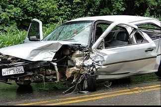 Acidente na BR-262 deixa dois feridos em Domingos Martins, ES - Segundo a PRF, dois veículos colidiram frontalmente. Vítima foram levadas para hospital em Domingos Martins.