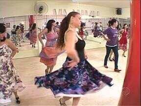 Aulas de dança flamenca têm atraído moradores de Umuarama - As aulas são de graça e para quem prefere um ritmo mais brasileiro, também tem aula de forró.