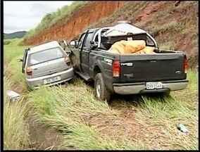 Duas pessoas morrem e três ficam feridas em acidente na BR-381 - Os carrod baterma de frente próximo ao distritode Baguari. Segundo a PRF, o condutor que seguia de Ipatinga com destino à Valadares, teria realizado uma ultrapassagem proibida.