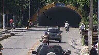 Passeata leva muitas pessoas as Ruas de Guarujá - Parentes e amigos de um homem que morreu em um assalto, na saída do túnel da Vila Zilda, no mês passado.