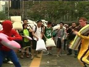 Guerra de travesseiros reúne centenas de pessoas em Hong Kong - Em Hong Kong, centenas de pessoas participaram dos confrontos, a maioria fantasiada. O evento foi criado para aliviar o stress numa das cidades mais agitadas do mundo.
