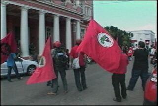Trabalhadores rurais fazem protesto em São Gabriel, RS. - Integrantes de 13 assentamentos participaram dos protestos. Eles pedem melhorias no fornecimento de água e luz, além da construção de duas escolas.
