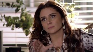 Helô confirma para Lucimar que Théo ficou com Lívia - A diarista conta para a delegada que Rosângela está tentando aliciar Vanúbia. Helô pede para Lucimar não falar nada sobre tráfico humano com Vanúbia