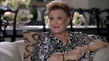 Leonor questiona Caíque sobre presente de Yolanda para Aída - Amanda confessa para uma amiga que planejou dar um susto em Carlos e que tirou o pendrive da bolsa de maquiagem da cunhada