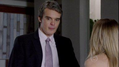 Carlos conta para Antonia que está sendo chantageado por Amanda - Celso flagra Gerusa falando com Antonia sobre a rotina de Raissa