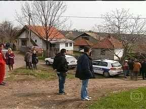 Treze pessoas são assassinadas por veterano de guerra, na Sérvia - Na Sérvia, um homem assassinou 13 pessoas a tiros em cidade no sul de Belgrado. Após o crime, o atirador tentou matar a esposa e depois se suicidar. Os dois estão em estado grave..