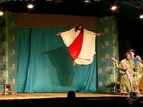 Palco móvel leva teatro para cidades do interior - Um caminhão, equipado com um palco completo, está levando o teatro à zona rural de vários municípios paulistas. Uma grande oportunidade para pessoas que nunca tiveram contato com este tipo de espetáculo.