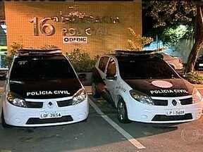 Polícia prende, em cima de árvore, um criminoso que participou de arrastão - Criminosos fizeram um arrastão na Estrada de Furnas, descida do Alto da Boa Vista, em direção à Barra da Tijuca. Quatro motoristas foram assaltados. A polícia recuperou os carros roubados e prendeu três criminosos.