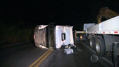 Tombamento de carreta interdita BR-381 em Sabará por 14 horas - De acordo com a polícia, veículo estava carregado com 24 toneladas de estruturas metálicas.