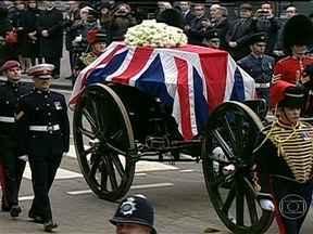Funeral de Thatcher acontece em Londres - Acontece em Londres o funeral da ex-primeira-ministra Margaret Thatcher. A cerimônia contou com poucos convidados estrangeiros. A multidão que acompanhou o percurso do funeral não se manifestou.