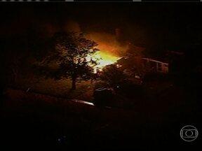 Fábrica de fertilizantes explode nos Estados Unidos e deixa centenas de pessoas feridas - O incidente aconteceu na noite desta quarta (17), nas proximidades de Waco, no estado do Texas. Vários prédios no entorno da fábrica ficaram destruídas com a força da explosão.
