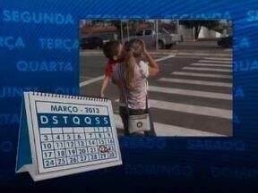 Pedestres e cadeirantes ganham ajuda do Quadro Calendário na região do Ceir - Pedestres e cadeirantes ganham ajuda do Quadro Calendário na travessia para o Ceir