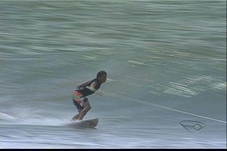 Surfista Guilherme Tripa visita o ES e mostra 'surf rebocado' - Bodyboarder capixaba Neymara Carvalho também se aventurou na prática.