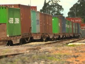 Bilhões de reais são jogados fora em obras paradas pelo Brasil - Navios fazem filas nos portos e a ferrovia projetada para ligar o norte ao sul do país nem foi concluída e já precisa de reforma.