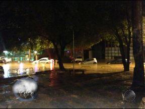 Ruas e avenidas ficam completamente alagadas após chuva forte em Salvador - Em uma concessionária, carros e motos ficaram totalmente embaixo d'água. Foram registrados 114 solicitações de emergência nesta sexta-feira.